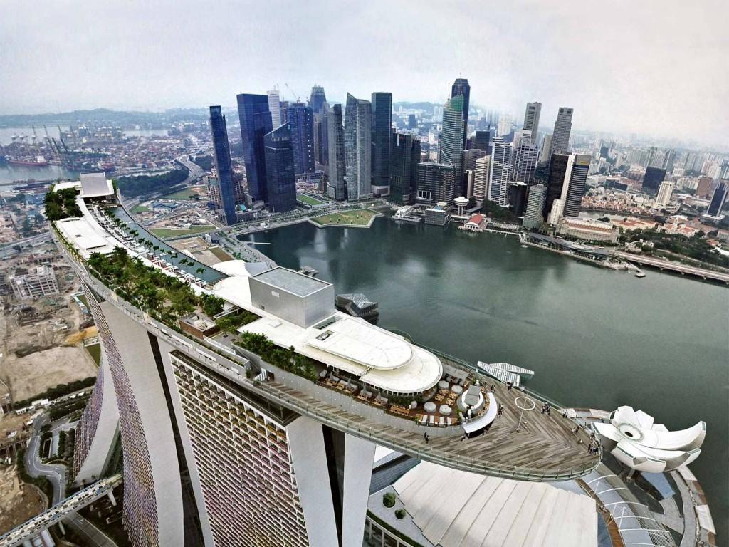 Vista aerea de piscina infinita más grande y más alta del mundo. Hotel The Sand Skypark, o Marina Bay Sands, ubicado en Singapur