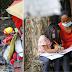 5-Anyos na Batang Babae, Pursigido sa Pag-aaral Kahit na sa Bangketa Lamang Nakatira; Hinangaan ng mga Netizens!