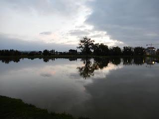 セッラヴァッレ公園内の夕暮れ時の池