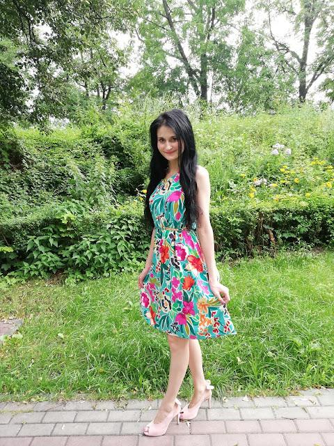 Quiosque zielona sukienka w kolorowe kwiaty