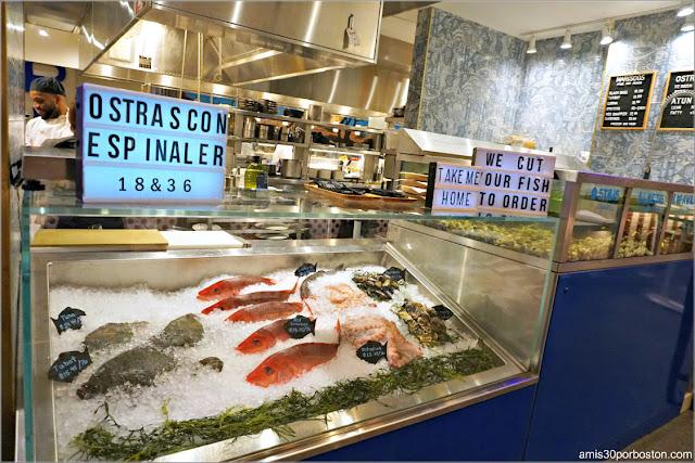 Puesto de Pescados y Mariscos del Mercado Little Spain en Nueva York