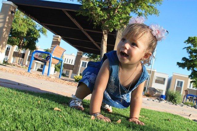 Umur Berapa Bayi Bisa Duduk Dan Merangkak