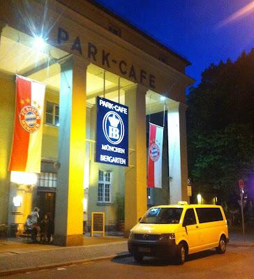 Taxibus vor Parkcafe München FC Bayern