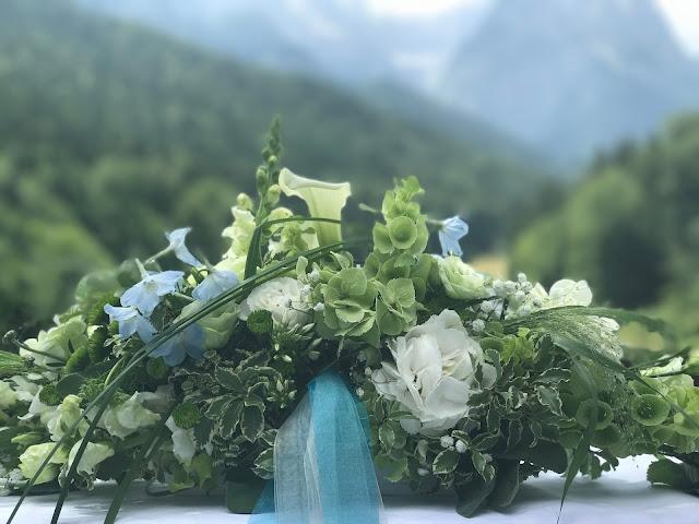 Altargesteck, Hochzeitsmotto Flug der Kraniche, 1000 Origami-Kraniche zur Hochzeit, heiraten im Riessersee Hotel Garmisch-Partenkirchen, Bayern, Hochzeitsplanerin Uschi Glas, petrol und weiß