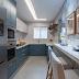 Cozinha estreita azul e cinza com revestimento geométrico e bancada pequena de refeição!