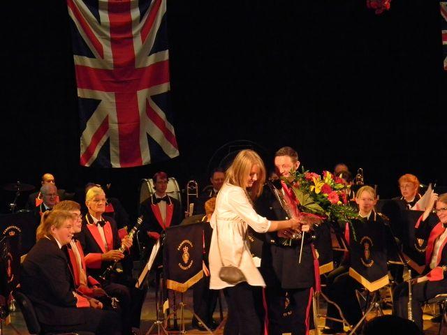 wręczenie kwiatów po koncercie, zespół, znane melodie, ABBA, Beatles