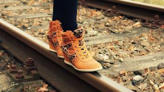cara-menghilangkan-bau-pada-sepatu
