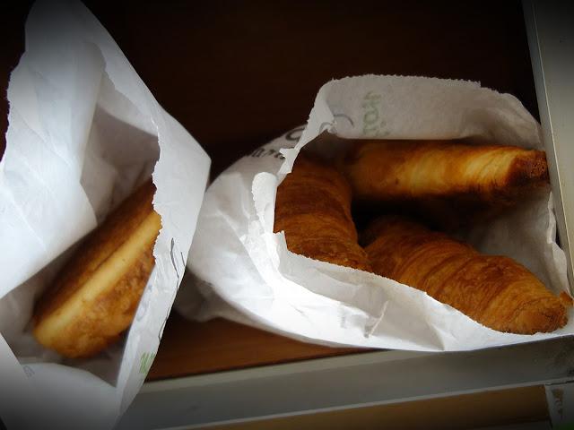Au petit matin, les croissants et les pain au chocolat déposés là pour une bonne âme ! Quel beau geste ! Merci !