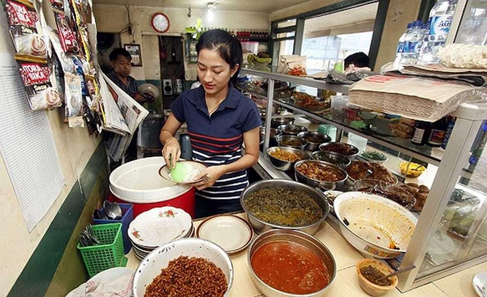 Sasa Darfika Penjual Makanan di Warteg yang Cantik (harnas.co)