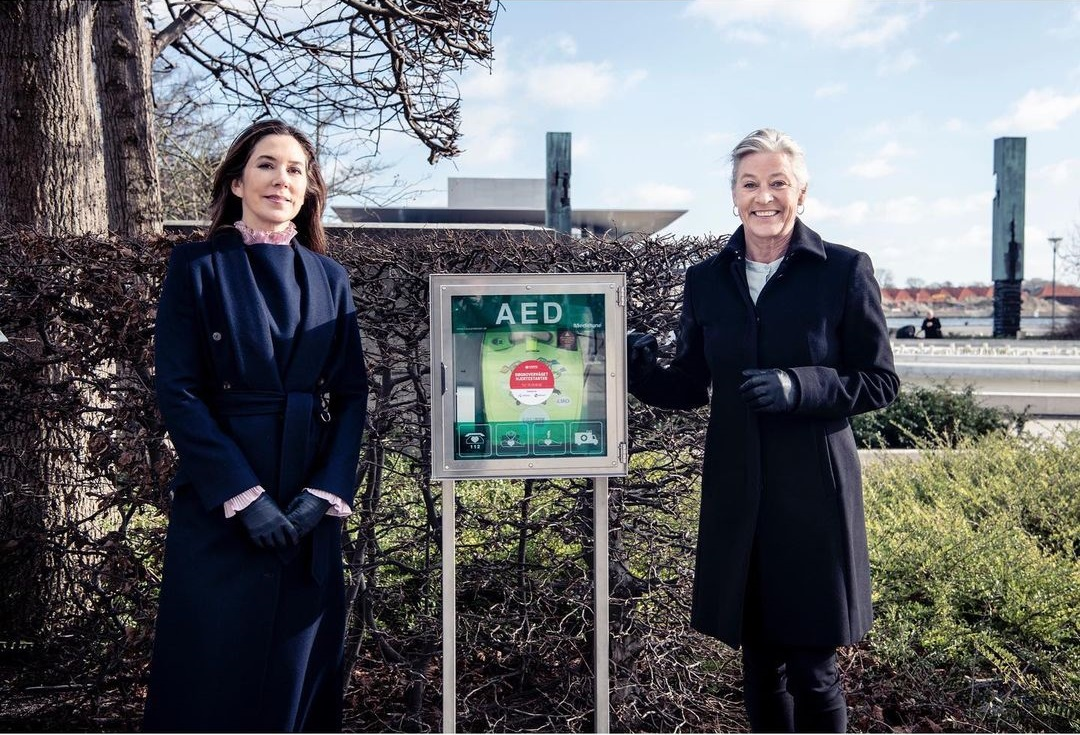 Crown Princess Mary, The Patron of the Heart Association, received the new defibrillator at Amaliehaven