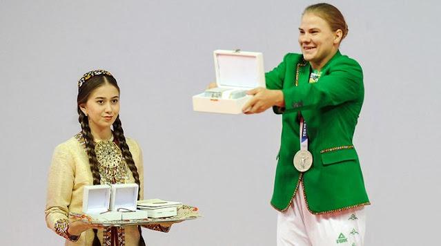 Polina Guryeva mostra prêmio recebido pelo presidente do Turcomenistão