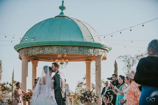 casamento real, casamento a céu aberto, casamento no jardim, casamento no campo, passarela de espelho, flores do campo, cerimônia, decoração de cerimônia, varal de lâmpadas, relicário, buquê da noiva, bouquet, vestido de noiva, vestido de renda, villa giardini, entrada da noiva, casal no altar