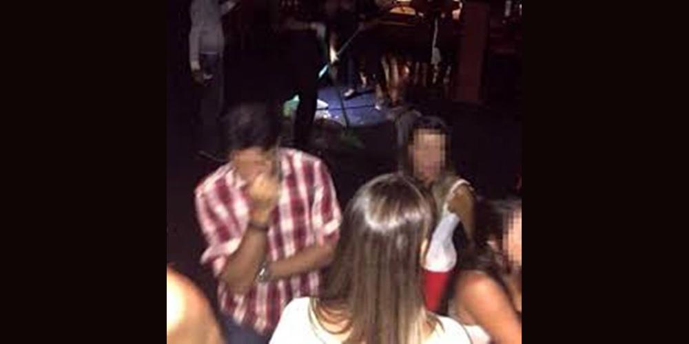 Mulher caga na pista de uma discoteca