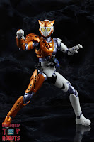S.H. Figuarts Kamen Rider Valkyrie Rushing Cheetah 17