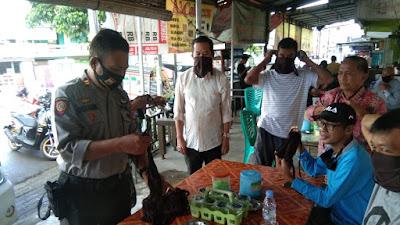 Masuki New Normal, Kbosat Sabhara Polres Wajo Bagi Masker Gratis