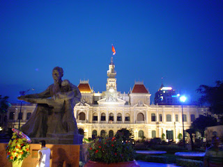 Estatua frente al Ayuntamiento de Saigón