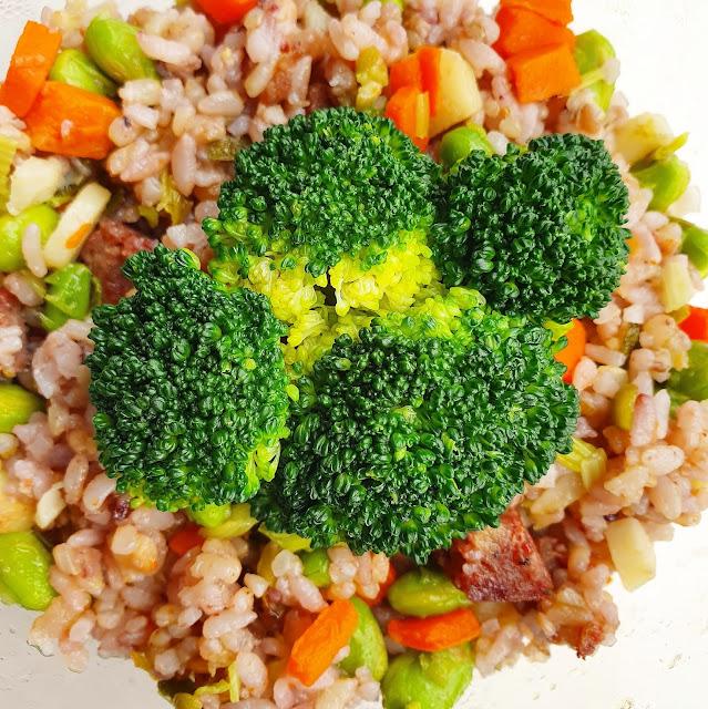 青花菜+炒飯(胡蘿蔔、荸薺、香腸、毛豆、芹菜),2021.04.01