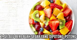 Selalu beri buah segar yang dipotong-potong