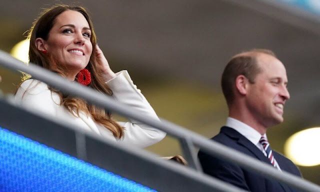 The Duchess of Cambridge, Kate Middleton  wore a single-breasted one button white blazer from Zara