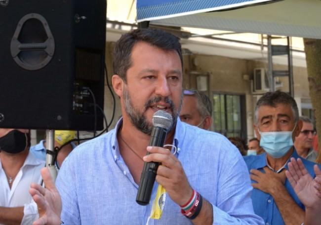 VIDÉO - Italie : Matteo Salvini agressé par une Congolaise qui lui arrache son chapelet
