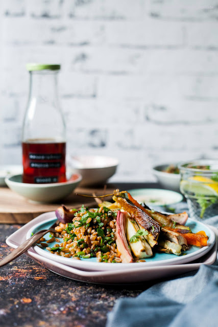 The recipe for herbal spelled with roast vegetables and sweet and spicy yoghurt sauce
