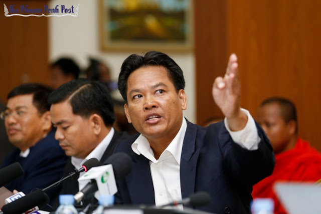 Border researcher Sok Touch, who was promoted to vice president of the Royal Academy of Cambodia last month, speaks at a press conference in Phnom Penh last week. Pha Lina