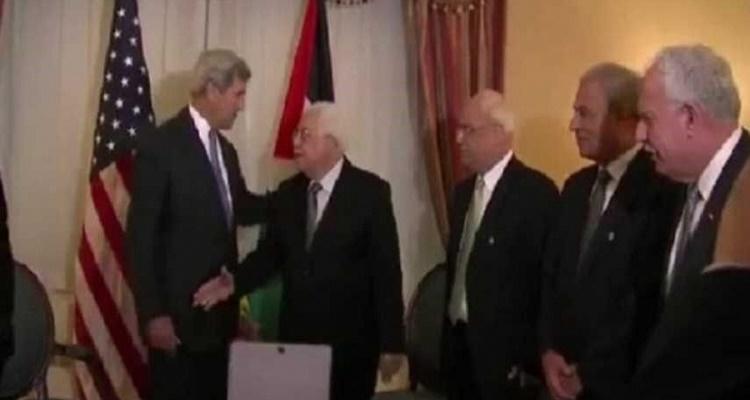 تصرف غير متوقع من جون كيري عندما رغب محمود عباس في مصافحته خلال جنازة بيريز