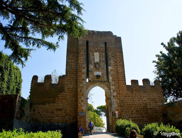Attraverso la Porta Rocca di Orvieto si accede alla Fortezza Albornoz