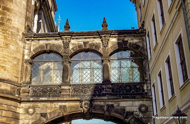 Passagem suspensa em Dresden, Alemanha