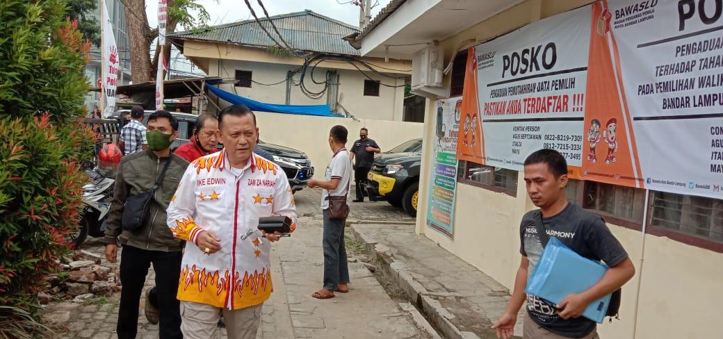 Pasangan Calon independen Irjen Pol (Purn) Ike Edwin dan Dokter Zam Zanariah datangi ruang sidang Bawaslu Bandarlampung