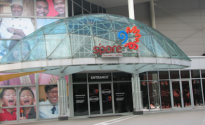 merupakan salah satu tempat wisata sekaligus tempat belanja yang menyediakan banyak sekali mac Mengenal Singapura Lebih Jauh di Singapore Discovery Centre (SDC)