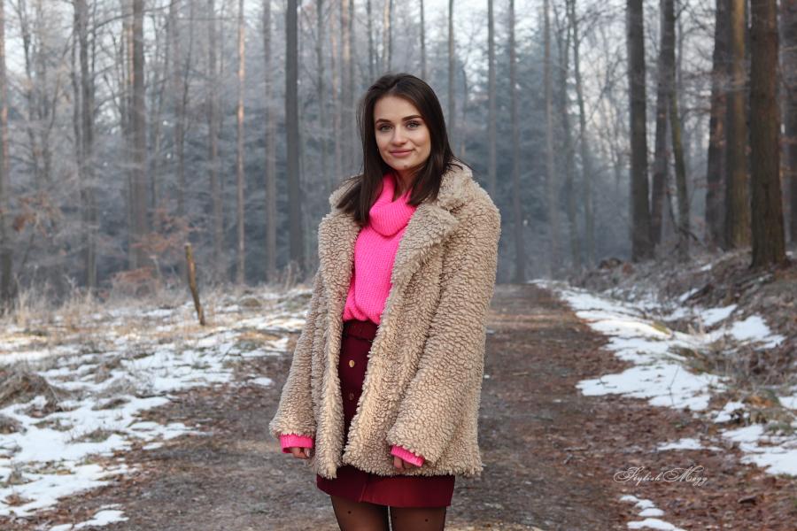 Beżowe futerko i neonowy sweter