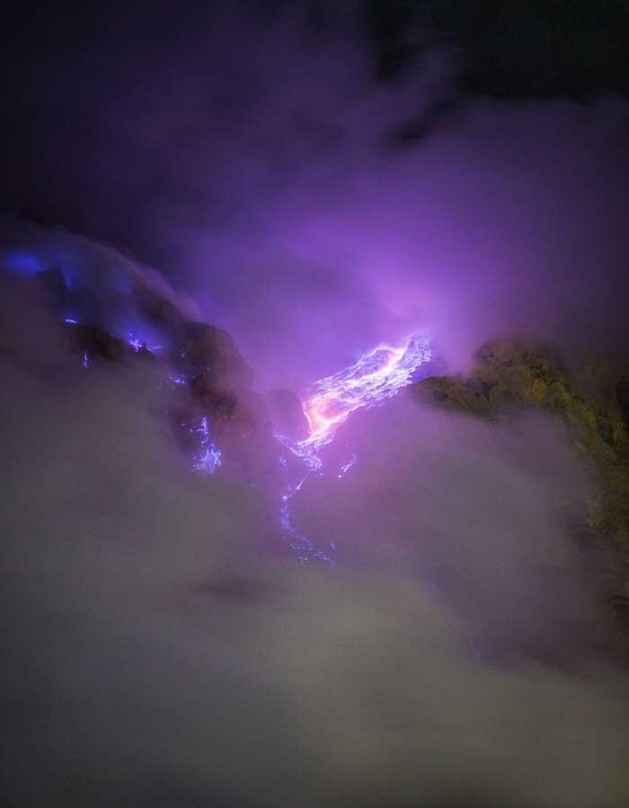 Fenomena Blue Fire Kawah Gunung Ijen