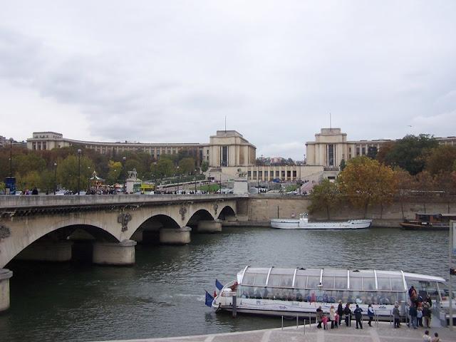 Palácio de Chaillot a partir do Rio Sena