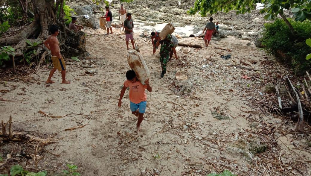 Babinsa kabaruan bantu warga angkut material untuk pembangunan rumah tinggal