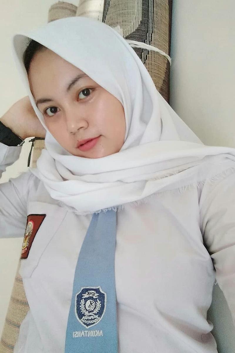 Siswi Jilbab SMA Cantik remas