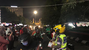 TNI/Polri dan 9 Komunitas di Semarang bagikan 2000 masker dan 1000 nasi kotak di Simpang lima