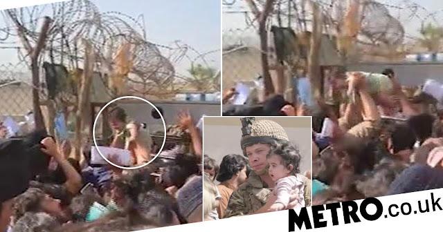 """""""Заберите наших детей"""": На видео попало, как афганская мама кинула младенца через колючую проволоку"""