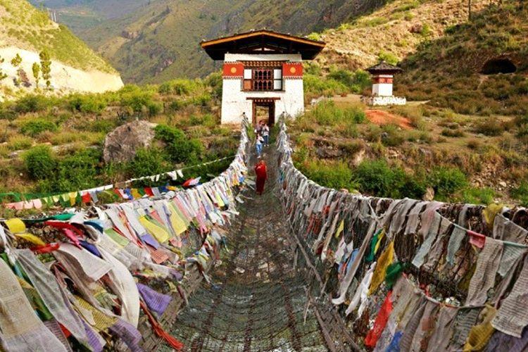 Bhutan'da evi olmayan insan yoktur, zira ülkenin kralı evi olmayanlara ev vermektedir.