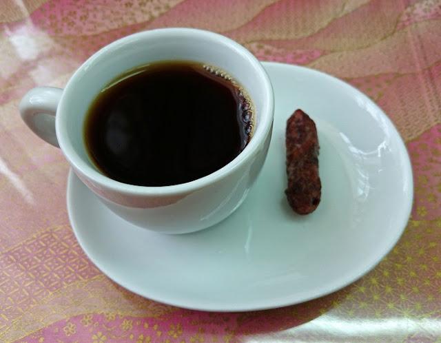 ホットコーヒーとかりんとうの写真