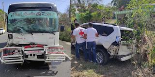 Autobús de trasporte público choca con una jeepeta en Hato Mayor