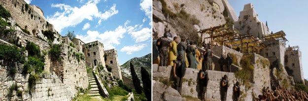 Kenaikan Daenerys merebut kekuasaan diatur dengan latar belakang Benteng Klis di pinggiran Split, Kroasia; gambar dari Frank About Croatia (kiri) dan Mersad Donko Photography (kanan).