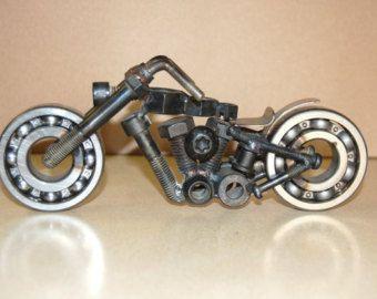 moto hecha con tornillos