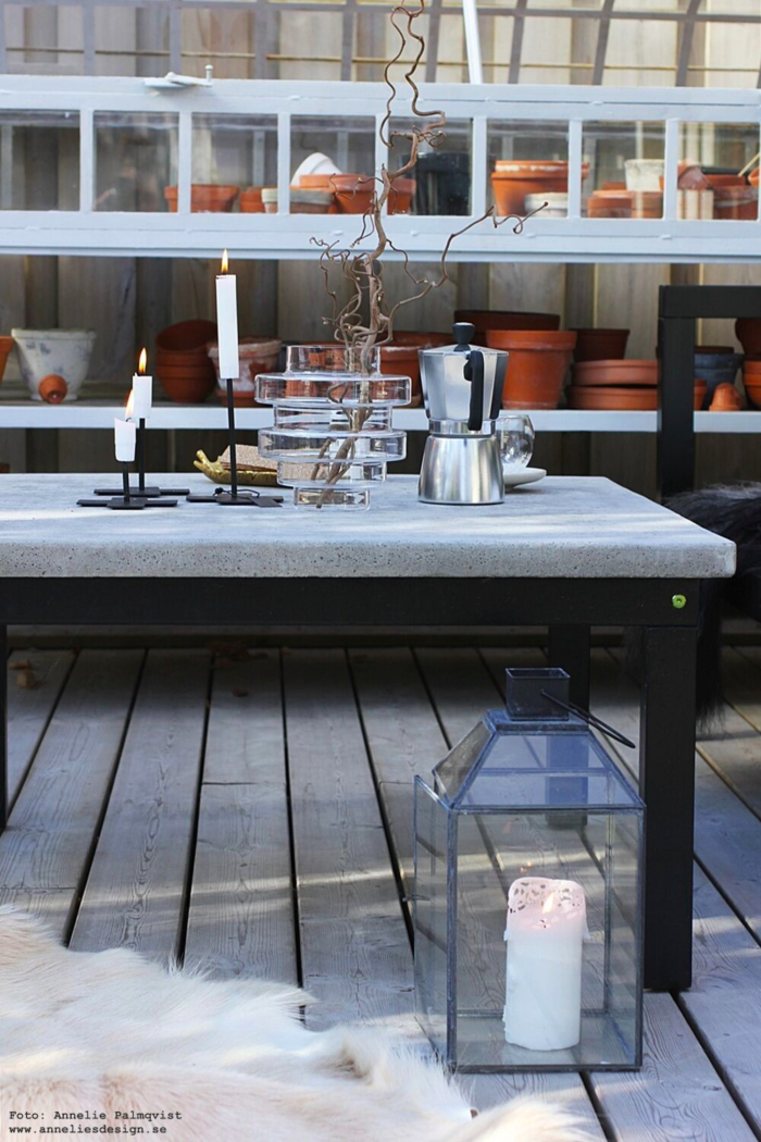 annelies design, webbutik, uteplats, uteplatsen, trädäck, trädäcket, uterum, inglasat, kaffe, espresso bryggare, mugg med dubbla glas, fjäder fat, betongbord, utemöbler, vako, vas, smaelta, bryggare, kaffe, växthus,