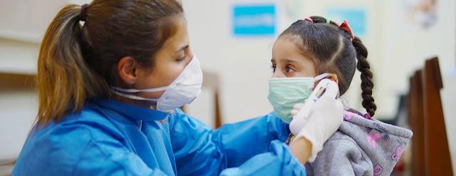 Una enfermera toma la temperatura a una niña en un Centro de Atención Primaria de Salud en Beirut, Líbano, durante el brote de COVID-19.©UNICEF/Fouad Choufany