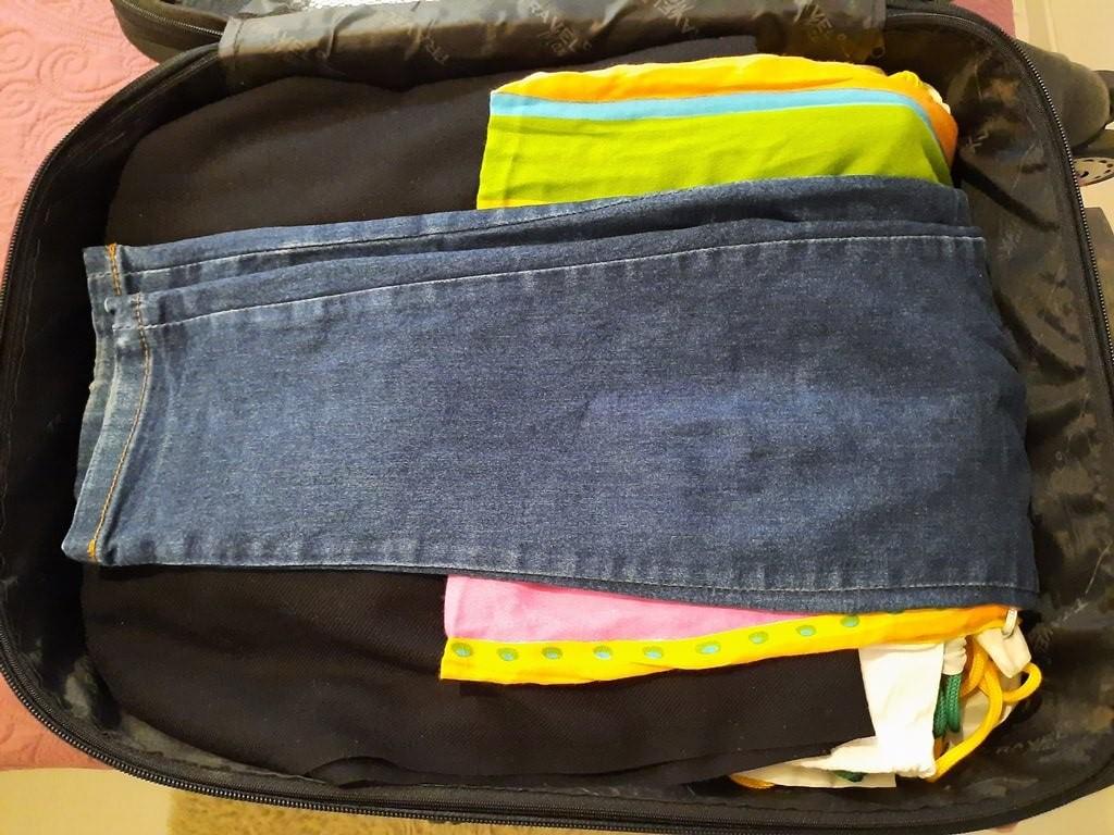 Como arrumar camisa na mala de viagem