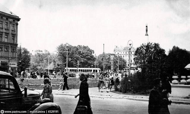Конец 1950-х годов. Рига. Сквер на углу улицы Ленина и бульвара Падомью. Часы еще с оригинальным названием