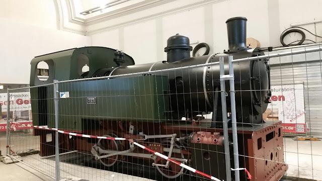 """Dampflokomotive """"FRIEDRICH"""" in der Bahnhofshalle (Foto: W.R.)"""