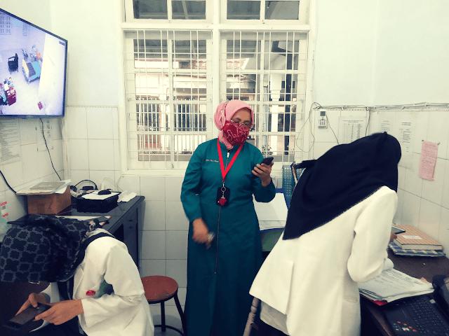 Mengunjungi nurse station ruang isolasi pasien COVID-19
