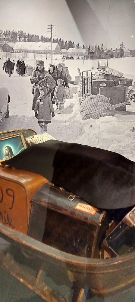 Etelä-Karjalan museon ripustuksesta esineistöä ja kuvia